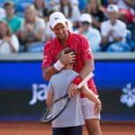 ジョコビッチからポイントを奪うスーパーテニス少年。4000人の会場拍手喝采