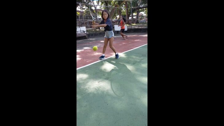 [ENG SUB] 8歳(小3)女の子、フィリピンのコートでテニス練習。8 Years Old Girl, Practicing Tennis in the Philippines.